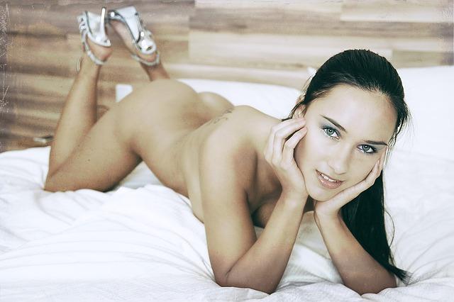 nahá žena v posteli