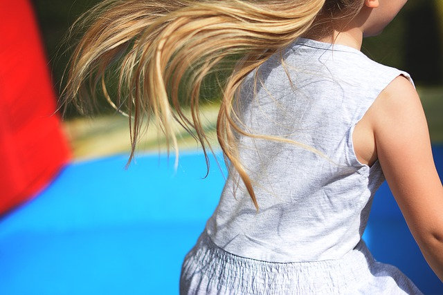 malá holčička na trampolíně.jpg
