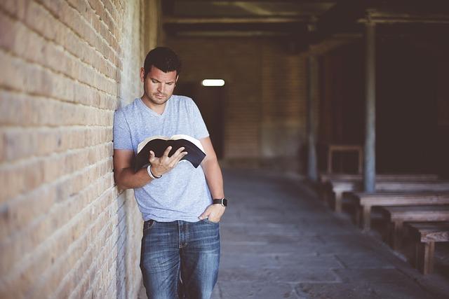 muž s knížkou