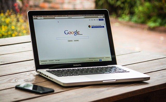 notebook s otevřenou stránkou Google