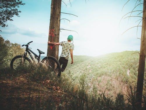 muž v lese, kolo